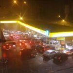 Com medo do granizo: Motoristas correram para um posto de combustível na Avenida Domingos Mariano, no Centro de Barra Mansa (Foto: Reprodução Facebook/Alexandre)