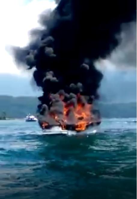 Lancha pegou fogo nas proximidades da Ilha de Paquetá, na Enseada da Ribeira