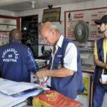 Ação preventiva: Campanha busca conscientizar proprietários de estabelecimentos comerciais sobre a proibição (Foto: Divulgação PMBM/Paulo Dimas)