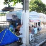 : Mulheres continuam na porta do 28º Batalhão de Volta Redonda e montaram barraca (foto: Paulo Dimas)