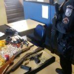Operação da PM apreendeu cocaína, armas, munições e um rádio em Monsuaba (foto: Cedida pela PM)