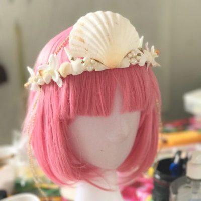 Sereismo é tendência: Invista em adereços com conchas, pérolas, cabelos coloridos e muito glitter