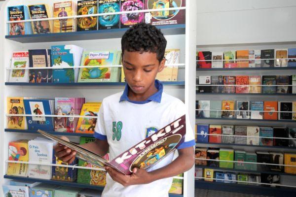 Leitura: Cerca de 40% das obras do acervo são voltadas para o público infantojuvenil (Foto: Divulgação)
