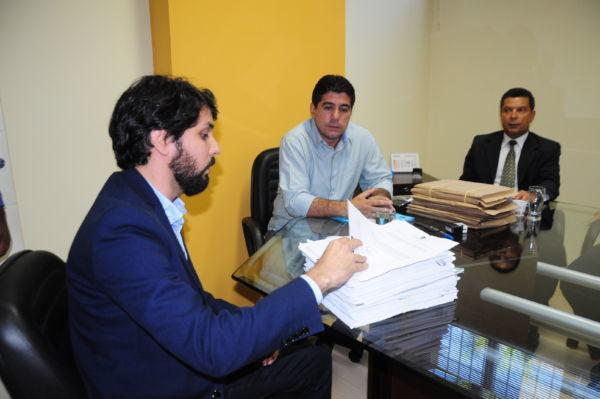 Oficial: Samuca entrega a Dinho relatório sobre verbas do governo (Foto: Paulo Dimas)