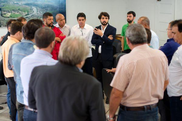 Diálogo: Samuca se reúne com vereadores durante café da manhã (Foto: Gabriel Borges - Ascom PMVR)