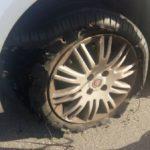 Medo: Carro foi atingido por pelo menos dois tiros, um deles atingindo a placa e o outro o pneu dianteiro (Foto: Reprodução Facebook)