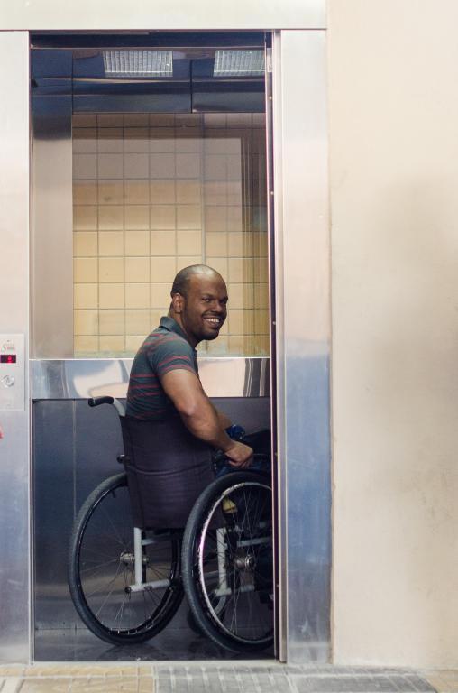 Acessibilidade: Estudante de Física Thiago Lopes da Silva foi o primeiro a utilizar o elevador e aprovou o equipamento (Foto: Yuri Melo / Ascom VR)