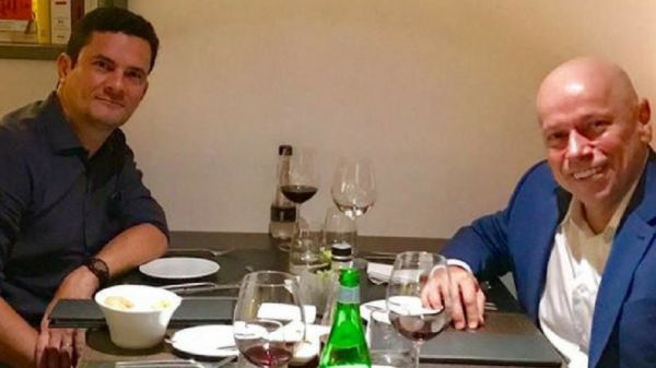 """""""Dia intenso em Curitiba. Encerro com um jantar com dois bons amigos: juiz Furlan e juiz Sergio Moro. Talvez não faça sentido para alguns. O mundo não é linear. A noite e os vinhos foram ótimos. Amo ouvir gente inteligente. Discutimos possibilidades de projetos em comum"""", escreveu o professor Leandro Karnal, na legenda foto em seu perfil no Facebook"""