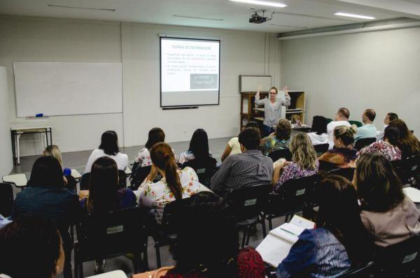 primeira aula, destinada à equipe de enfermeiros do HSJB e do Hospital Municipal Munir Rafful, foi realizada no auditório do UniFOA, que fica ao lado do Hospital São João Batista (Foto: Ascom VR/Yuri Melo)