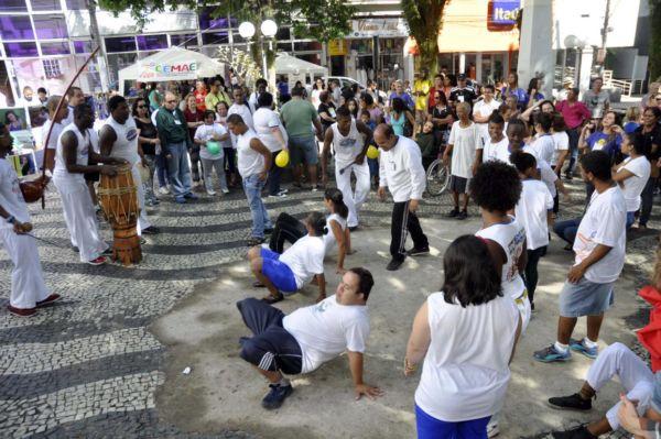Na Praça da Matriz: Grupo 'Abadá Capoeira' animou as comemorações apresentação da luta (Foto: Paulo Dimas/Ascom PMBM)
