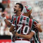Henrique Dourado comemora o gol marcado com os companheiros de Fluminense (Foto: Nelson Perez/Fluminense F.C)