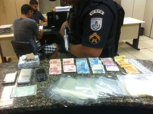 , policiais militares apreenderam 350 gramas de maconha , uma balança de precisão, R$ 200 e farto material para embalar drogas (Foto: Cedida pela PM)