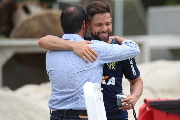 Meia do Flamengo é felicitado após saber da convocação