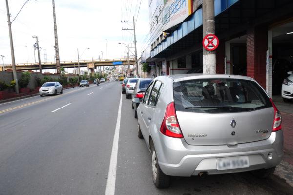 Rodovia federal: Estacionar ao longo da Avenida Getúlio Vargas está proibido em alguns trechos que já estão sinalizados (Foto: Paulo Dimas)