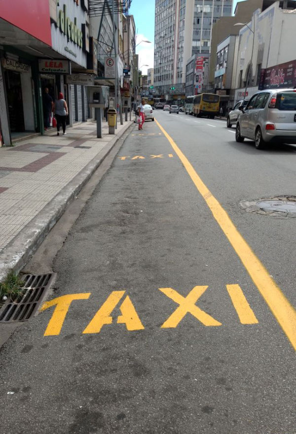 Mudança: Pontos de táxi mudaram de lado e ônibus têm faixa seletiva (Foto – Franciele Bueno)