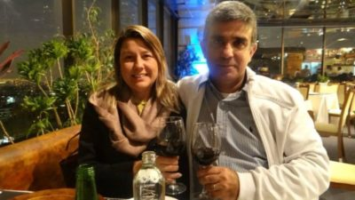 Os empresários Priscilla Pina Siqueira Campos (aniversariante do dia) e José Antônio Siqueira Campos, brindando a vida