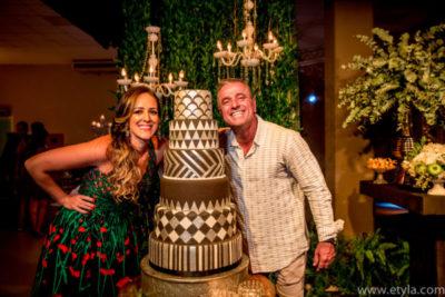 Chris Carraro apresentando para seu amado, José Roberto Do Amaral, o bolo que ela mesmo confeccionou para celebrar seus 60 anos de vida