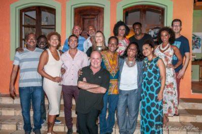 O anfitrião Eder Meneghine, com todo o elenco do musical 'Cartola' em sua Pousada Solar das Palmeiras