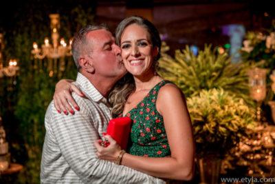 O médico José Roberto Do Amaral dando afetuoso beijo em sua amada, Chris Carraro, pela bela festa de seus 60 anos