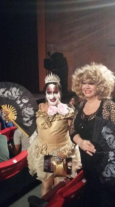 Isabelita dos Patins e a atriz Jane Di Castro, no Teatro Carlos Gomes, para assistirem a estreia do musical 'Cartola'
