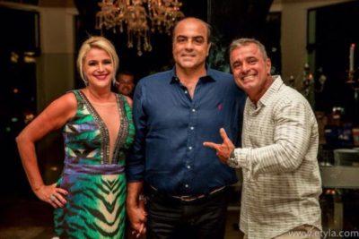 O aniversariante José Roberto Do Amaral, recebendo os cumprimentos dos empresários Roberto Loureiro e Viviane Martins Loureiro