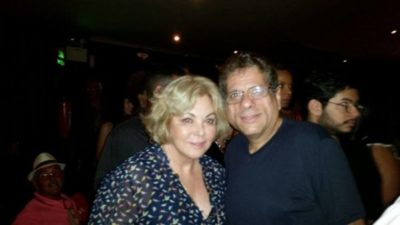 O administrador Jefte Pereira de Castro em um clique com a atriz Vera Gimenez, na estreia do musical Cartola