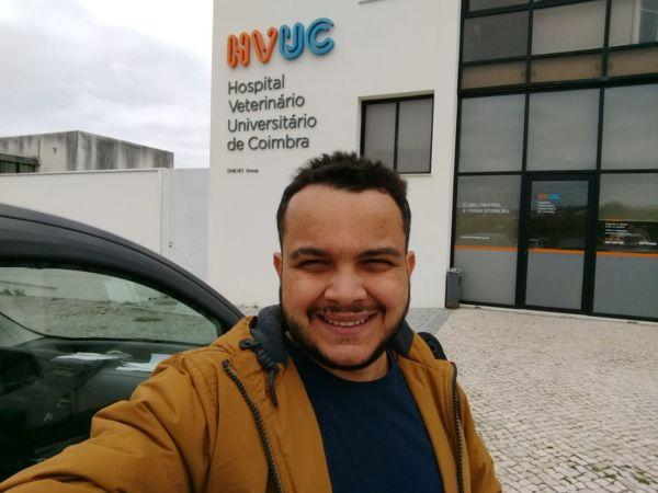 Na Europa: Leandro em frente ao hospital universitário onde estudará durante o intercâmbio (Foto: Divulgação)