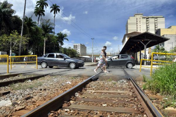 Orientando: Travessia só deve ser feita em condições totais de segurança e nas passagens em nível (Foto: Paulo Dimas)