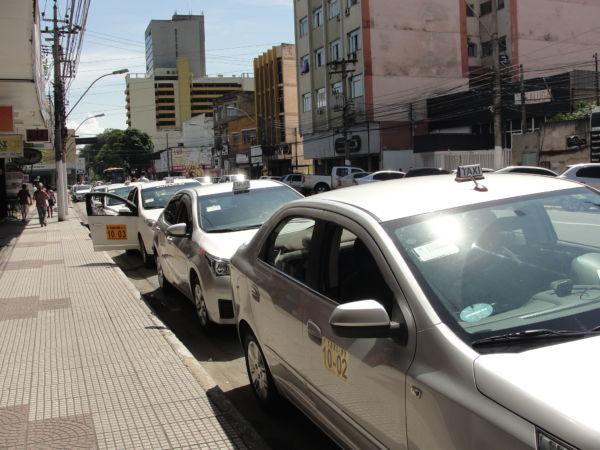 Um lado: Taxistas criticam chegada do serviço que pode ser acionado com aplicativo de celular (Foto: Júlio Amaral)