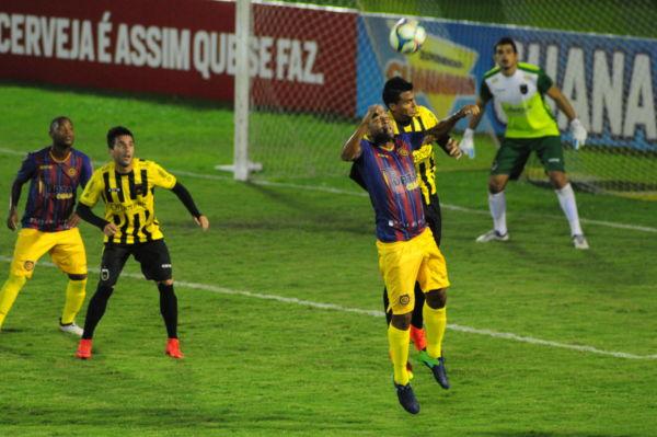 'Caveirão': Souza, ex-Vasco e Flamengo, disputa bola com a defesa do Volta Redonda; ele não marcou dessa vez (Foto: Paulo Dimas)