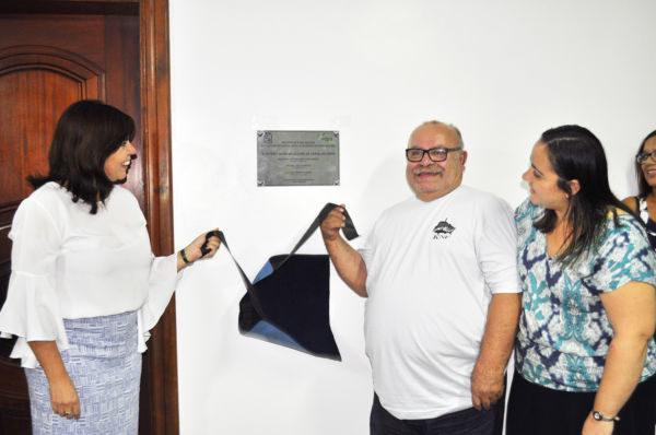 Inaugura: a placa com o nome do auditório foi descerrada pela presidente Luciane Rabha, pelo marido da homenageada, Sr. Carvalgo e sua filha, Aline  (Foto: Wagner Gusmão - PMAR)