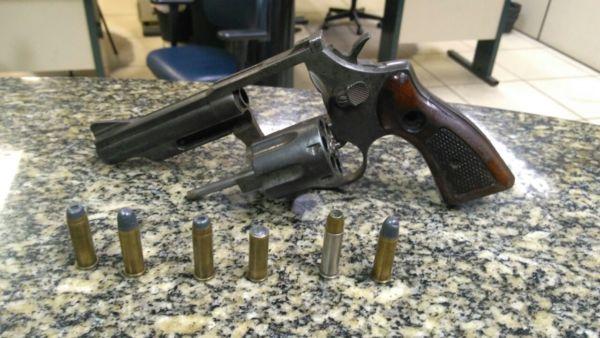 Arma foi apreendida com um jovem, de 19 anos, na Ilha das Cobras, em Paraty (foto: Cedida pela PM)
