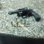 Revólver calibre 38 teria sido usado pela dupla para assaltar lanchonetes no Retiro e Vila Mury (Foto: Cedida pela Polícia Militar)