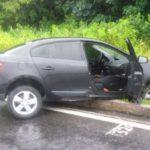 Suspeitos bateram com carro roubado numa vala, na BR-101, em Mangaratiba, após serem perseguidos pela polícia (foto: Cedida pela PM)