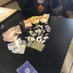 Droga e dinheiro apreendidos no bairro Areal, em Angra, foram levados para a delegacia (foto: Cedida pela PM)