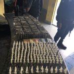 Suspeitos de tráfico abandonaram armas e drogas no Morro do Moreno, em Angra dos Reis, durante ação da PM (foto: Cedida pela PM)