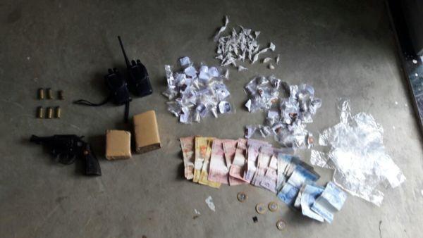 Material foi apreendido em Itatiaia, na casa dos suspeitos que foram presos (foto: Cedida pela PM)