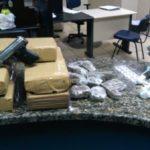 Drogas foram apreendidas numa quitinete, perto do bar, em Paraty, onde os suspeitos estavam (foto: Cedida pela PM)