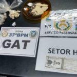 Droga foi levada para a Delegacia de Resende após ser apreendida em cemitério (foto: Cedida pela PM)