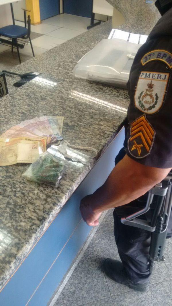 Drogas foram apreendidas na Rua Marechal Jardim, em Itatiaia (foto: Cedida pela PM)