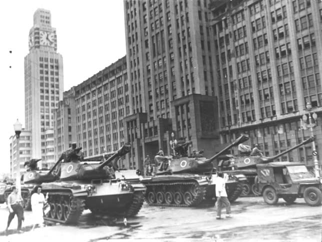 Causa e consequência: Tanques na rua, em 1964, se devem pelo menos em parte à reação dos EUA a desapropriações de empresas americanas (Foto: Cedoc-FGV)