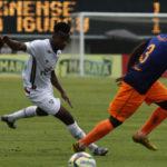 Apagado: Orejuela tenta escapar da marcação do Nova Iguaçu; equatoriano teve atuação discreta na partida deste domingo (Foto: Nelson Perez/Fluminense F.C)