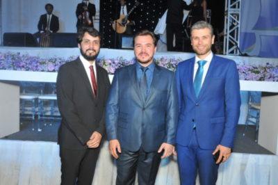 Adriano Santos entre os prefeitos Samuca Silva e Rodrigo Drable