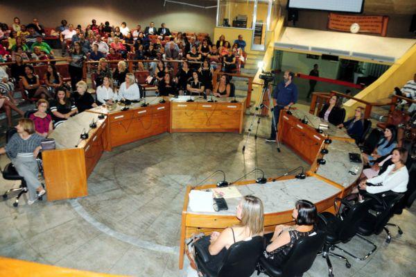 Visão geral da Câmara Municipal de Volta Redonda durante a homenagem às mulheres