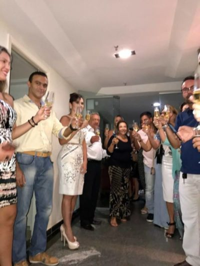 A médica Iramaia Pifano, brindando com seus convidados a realização de seu sonho: A Clínica da Face