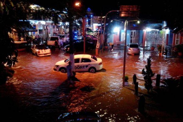Centro comercial em Penedo foi tomado pelas água na noite de quarta-feira (Foto: Enviada via WhatsApp)
