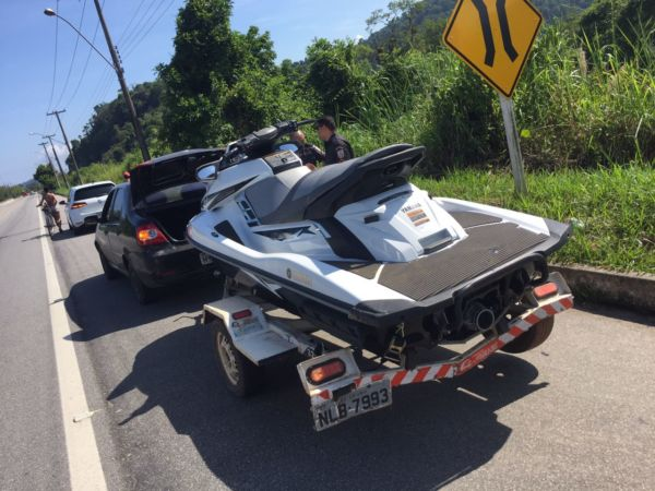 Policiais interceptaram jet ski furtado na Rio-Santos perto do Perequê  (foto: Cedida pela PM)