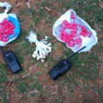 Droga e rádios transmissores foram apreendidos e levados para a Delegacia de Barra Mansa (foto: Cedida pela PM)