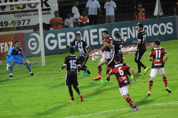 Bloqueado: Leandro Damião tentou marcar mas parou na defesa do Gigante do Vale (Foto: Paulo Dimas)