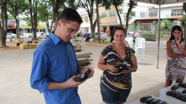 Confere: Ednardo Barbosa olha óculos que entregará para moradora de Pinheiral
